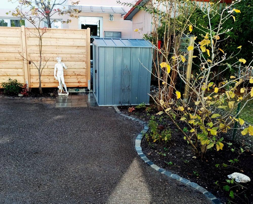 Beete und Gartenhütte